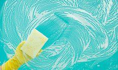 Een lapje over je aanrecht en een snelle check van je toilet, het is voor velen van ons routine en juist daardoor ben je sneller geneigd de volgende plekjes te vergeten tijdens je wekelijkse rondje schoonmaken door het huis. 1. De tandenborstelhouder Of je nu elektrisch of met de hand poetst, de meeste huishoudens hebben…
