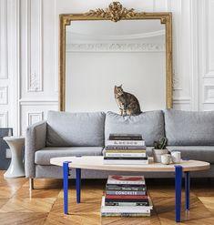 maisonobjet 2018 tiptoe table basse pieds bleu metal chene tendances deco joli salon canape gris chaton chat grand miroir moulures mur blanc hausmannien #deco #decoration #home #design #interior #table #tiptoe #canapegris #déco #décoration #parquet #bois #chat