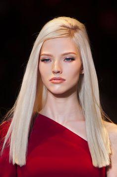 Une coupe droite sur des cheveux longs