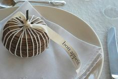 Cardboard Gourd Place Settings Design Sponge - Link to DIY site for holiday and home ideas Diy Projects With Cardboard, Diy Cardboard, Thanksgiving Diy, Thanksgiving Decorations, Mini Pumpkins, Diy Pumpkin, Diy Centerpieces, Halloween Crafts, Fall Decor