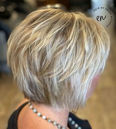 layered hair Short Feathered Bob When considering how to wear fine hair, women often choose an easy-to-manage cut that would look good as it grows out. The feathered jaw-length bob ha Short Thin Hair, Short Hair With Layers, Short Hair Cuts For Women, Short Stacked Hair, Thick Hair, Short Cuts, Bob Hairstyles For Fine Hair, Haircuts For Fine Hair, Wedding Hairstyles
