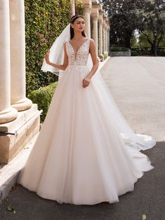 Pronovias Off-white Tulle & Lace Kerberos Feminine Wedding Dress Size 8 (M) Princess Style Wedding Dresses, Wedding Dress Sizes, Perfect Wedding Dress, Bridal Dresses, Wedding Dress Shopping, Online Dress Shopping, Happy Bride, Romantic Princess, Princess Cut