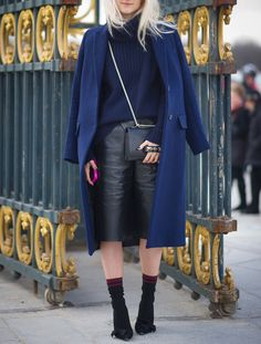 10 Perfect Ways to Pair Navy and Black Red Converse Outfit, Ankle Boots With Jeans, Winter Shorts, How To Wear Sneakers, Yellow Pants, Fashion Advice, Winter Outfits, Leather Skirt, Girl Outfits