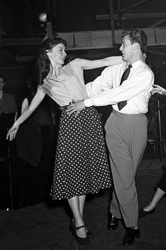 Audrey Hepburn and Michael Allen are pictured rehearsing on the set of The Secret People, London, 1951 Audrey Hepburn Outfit, Audrey Hepburn Fashion, Look Girl, Girl Style, 40s Style, Vintage Couples, Retro Mode, Photocollage, Old Love