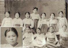korean school girls in School girls from Korea, I guess from north Korea. Korean Traditional, Traditional Outfits, Korean Photo, Korean Wave, North Korea, Korean Outfits, Korean Beauty, Historical Photos, Seoul