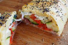 Cette recette de tresse feuilletée provençale est idéale en repas du soir accompagnée d'une petite salade, composée de courgette, tomates cerises, mozza et jambon Serrano. Brunch, Fajitas, Flan, Bagel, Entrees, Delish, Sandwiches, Food And Drink, Appetizers