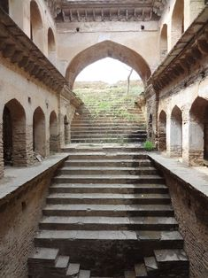 NARNAUL_MUKUNDPURA_(26) Victoria Lautman, une journaliste américaine, a parcouru l'Inde pendant de nombreuses années. Lors de son premier voyage, elle a eu la chance de découvrir une architecture souterraine bien méconnue : les réservoirs en escaliers.
