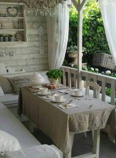 Terrasse d'hiver, quand le soleil réchauffe encore les heures de repas.