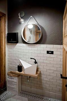Małą łazienkę bez okien urządzono w ciekawym stylu. Opierając się na rustykalnych drewnianych akcentach i...