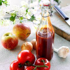 Hemgjord Chilisås    1 kg mogna tomater  1 syrligt äpple  2 små gula lökar  3-4 vitlöksklyftor eller 1 vitlök Solo  1 dl vatten  1 dl vitvinsvinäger  1 dl Dansukker Strösocker  1 tsk Colmans senapspulver  1 msk paprikapulver  1 msk chilipulver  1 tsk salt