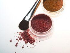 Polvos con reflejos dorados. Hemos encontrado este tutorial de cómo hacer polvos matizantes con reflejos dorados. Si te gusta lo natural, qué mejor que hacerte tu misma tus propios polvos de maquillaje.