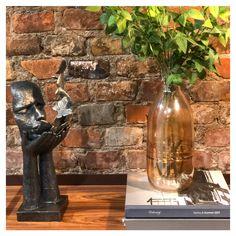 O seu hall de entrada também pode ser criativo e intrigante!  Dê destaque para esculturas, vasos e plantas e crie uma composição com muita personalidade ❤️  #OccaModerna #OccaModernaEVocê #Decoracao #Arquitetura #PortoAlegre #HomeDesign #Decor #Ambientes #DecoracaoDeInteriores #DecoracaoDeAmbientes #Hall #HallDeEntrada #OccaExperimenta Distressed Decor, Personality, Interior Decorating, Vases, Arquitetura, Ideas, Entry Hall, Sculptures, Trendy Tree