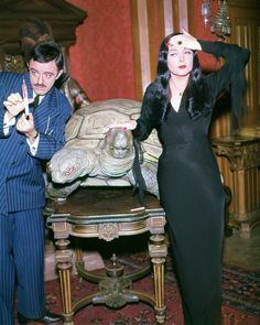 John Astin and Carolyn Jones as Gomez and Morticia Addams ❤❤ Original Addams Family, The Addams Family 1964, Addams Family Tv Show, Family Tv Series, Addams Family House, Carolyn Jones, Dark Beauty, Los Addams, John Astin