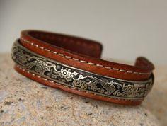 jonc tibetain argent sur cuir vintage par madewithloveinaiaciu