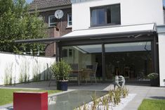 Shade your conservatory or glass extension with a roof-mounted awning. These Markilux and Weinor products provide shading in the touch of a button. Patio Awnings, Glass Extension, Retractable Awning, Outdoor Living, Outdoor Decor, Home Jobs, Conservatory, Canopy, Blinds