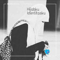 Hijabku Identitasku Wanita muslimah sudah seharusnya berhijab Hijab merupakan identitas bagi wanita muslimah . Banyak sekali sekarang ini wanita mengaku dirinya islam namun enggan berhijab Banyak sekali alasan-alasan pembelaan diri dari segi ini Belum siap ahh Kalo berhijab mah.. hatinya dulu dibagusin baru luarnya Buat apa berhijab? Toh ntar sikapnya gasesuai dgn yg dikenakan Berhijab? Gamau ahh.. panas Malu ahh.. ntar jelek kaya ibu-ibu  Astaghfirullah.. Naudzubillah.. Sadarkah kita? Bahwa…