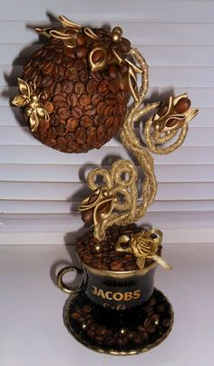 diy zrob to sam - Coffee Bean Art, Coffee Beans, Topiary Trees, Coffee Crafts, New Tricks, Silk Flowers, Flower Decorations, Handicraft, Decorative Accessories