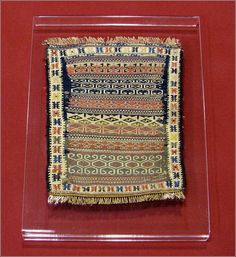 Esistono diversi modi per appendere un tessuto, un arazzo o un tappeto antico: con aste metalliche, oppure attraverso dei passanti fissati sul pezzo da appendere, oppure con anelli o ganci.