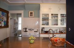 I do like the cupboards all the way to the ceiling! 10 Memorable Kitchens from Small Cool Kitchens 2012 — The Kitchn's Best of 2012 Family Kitchen, Little Kitchen, Kitchen Dining, Kitchen Cabinets, Kitchen Small, Cupboards, Kitchen White, Brown Kitchens, Cool Kitchens