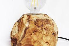 Knoestige Lamp door Upcycle Society. De prachtige tekening in het hout is ontstaan door een verwonding aan de boom, waardoor de boom gekapt moest worden. Wij zien deze boom graag voortbestaan.