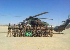 Na foto, 12 brasileiros, integrantes da 2ª e da 3ª companhias do 2º Regimento Estrangeiro de Paraquedistas, na base de Tessalit, montada durante a Operação Serval (Foto: Diego Gonzales/Arquivo Pessoal)
