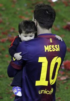 Messi sostenint en braços al Thiago