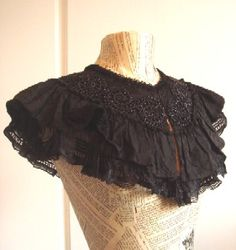 Antique Victorian Short Lace and French Jet Mourning Cape. Victorian Collar, Victorian Fashion, Gothic Fashion, Vintage Fashion, Vestidos Vintage, Vintage Dresses, Vintage Outfits, Diy Clothes, Clothes For Women