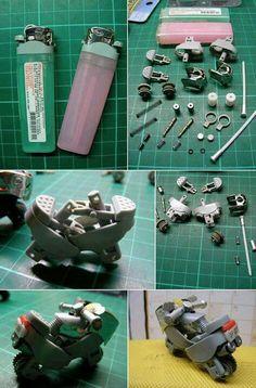 Moto hecha con piezas de un mechero.