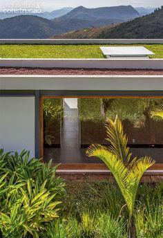 Cobertura verde. Com a engenheira agrônoma Daniela Infante, da Arteiro, o arquiteto Sergio Conde Caldas desenvolveu o telhado verde, que traz conforto térmico aos quartos. Trata-se de quatro camadas: impermeabilizante, material têxtil geossintético antirraiz, areia e, por fim, argila expandida. Em alguns trechos, plantou-se grama.