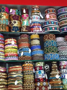 El blog de Georgina: Estamos aquí.... Diy Fabric Jewellery, Textile Jewelry, Space Crafts, Arts And Crafts, Burgundy Bag, Woven Belt, Sewing Material, Boho Bags, Modern Embroidery