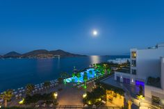 Discover the fascination of Xanadu Island by night...