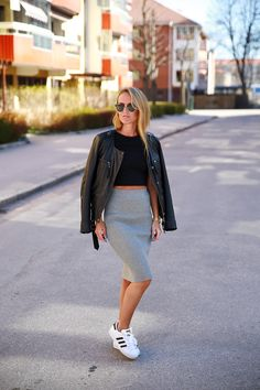 jaqueta de couro preta com saia lápis cinza mescla e tênis branco
