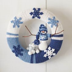 Create a whimsical winter scene with this snowflake wreath. The cozy is crocheted in rows as a long rectangle, then sewn to a straw wreath.January is such a fantastic time! The year is new, our brains are fresh and rested, and it is time to tackle new tas Crochet Christmas Wreath, Crochet Wreath, Crochet Snowman, Crochet Christmas Decorations, Christmas Wreaths To Make, Christmas Crochet Patterns, Holiday Crochet, Crochet Snowflakes, Christmas Knitting