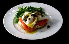 Pochierte Eier auf Lachs und Ricotta mit Kapern-Zitronen-Öl / http://piasdeli.de/Rezept/pochierte-eier-auf-lachs-und-ricotta-mit-kapern-zitronen-oel/