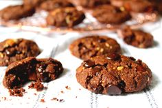 Paleo Double Chocolate Chip Cookies Ingredients 2/3 Cup of Coconut Sugar (100g) 1 Cup of Almond or Cashew Butter (250g) 1 Teaspoon of Vanilla Essence 1 Egg 1/4 Cup of Cacao Powder (25g) 1 Teaspoon of Baking Powder Pinch of Coarse Salt 50g of Dark Chocolate (min 70%)