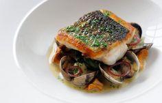 Pan Spigola fritto, burro spinaci, vongole, le guance di merluzzo in camicia e salsa di pesce - Simon Hulstone