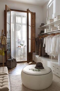 Busca imágenes de Vestidores de estilo ecléctico: Piso en el Eixample de Barcelona. 2013. Encuentra las mejores fotos para inspirarte y crea tu hogar perfecto.