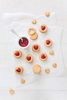 Une recette de petits biscuits à la confiture en forme de cœur à offrir à vos amoureux, vos copines ou même à votre maman.