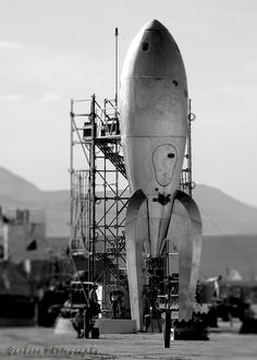 Raygun Gothic Rocket Ship by Gina Garbero 'Going by the backdrop, I'm going to guess that this is from its installation at Burning Man rather than the San Francisco seafront. Retro Rocket, Classic Sci Fi, Science Fiction Art, Mad Science, Pulp Art, Space Exploration, Space Crafts, Sci Fi Art, Dieselpunk