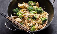 O peru salteado no wok é uma receita rápida de preparar, com inspiração oriental trazida pela soja e amêndoas. Os brócolos e a couve-flor dão cor ao arroz.