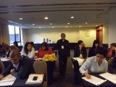 Panoramica de la ponente junto con sus asistentes a la hora de realizar una dinamica.