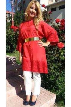 Etek ucu ve kol ağzı dantelli dore kemerli tunik  İlknur Karaca özel tasarım ürünü olup, nakışlı vual kumaştır.