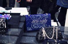 Desde que soube que a Chanel faria uma pop up store na Colette durante a semana de moda parisiense fiquei interessadíssima na história de que artistas plásticos conhecidos (o grafiteiro Andrè, SoMe, Kevin Lyons, Fafi, Soledad) customizariam as bolsas da marca para as clientes da loja. Na Vogue Brasil deste mês vi uma linda by …