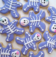 Sweet and cute, NOT scary Halloween Skeleton Cookies from a Gingerbread Man Cutter Halloween Torte, Bolo Halloween, Pasteles Halloween, Fete Halloween, Holidays Halloween, Halloween Treats, Halloween Cookie Cutters, Halloween Sugar Cookies, Halloween