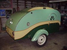 It looks like a little piece of enameled jewelry. : ) green teardrop trailer, for when I go camping and don't want to pull my tiny house lol! Vintage Campers Trailers, Tiny Trailers, Small Trailer, Retro Campers, Vintage Caravans, Camper Trailers, Rv Campers, Classic Campers, Classic Trailers
