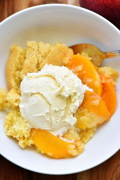 This Best Peach Cobbler recipe is absolutely delicious and made with fresh ingredients. This is the dessert you will want to make a lot during the summer! This Best Peach Cobbler recipe is absolutely delicious and made with fresh in Good Peach Cobbler Recipe, Best Peach Cobbler, Just Desserts, Delicious Desserts, Dessert Recipes, Yummy Food, Fruit Dessert, Summer Desserts, Mole