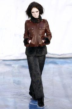 A Patrícia escreveu um comentário pedindo nossa opinião sobre o invernal desfile da Chanel. Bom, como a gente dá pitaco sobre tudo (rsrsrsrsrs!) aqui está a minha opinião: Eu gostei de muitas coisas e detestei outras (como a bota de pele, argh!). Mas a maior parte das peças, principalmente se observarmos isoladamente, são bem bonitas. …