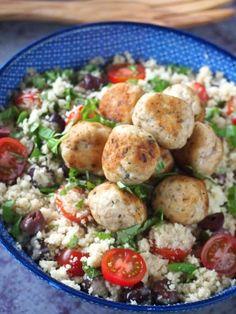 Bloemkool couscous met kipgehaktballetjes | Flying Foodie.nl Diet Recipes, Chicken Recipes, Healthy Recipes, Healthy Meals, Clean Eating, Healthy Eating, Healthy Diners, Evening Meals, Healthy Chicken