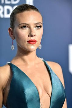 Scarlett Johansson wore a custom Armani Privé gown and Taffin jewelry with crystal straps to the 2020 Screen Actors Guild Awards (II) Hollywood Celebrities, Hollywood Actresses, Scarlett Johansson Legs, Scarlet Witch Marvel, Sleek Updo, Barbie Makeup, Black Widow Natasha, Catherine Zeta Jones, Let Your Hair Down
