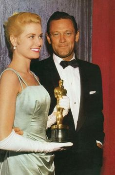 Grace Kelly presented with her Oscar for Best Actress in The Country Girl by her co-star William Holden at the 1955 Academy Awards Hollywood Cinema, Hollywood Icons, Golden Age Of Hollywood, Hollywood Glamour, Hollywood Stars, Classic Hollywood, Old Hollywood, Hollywood Pictures, Hollywood Party